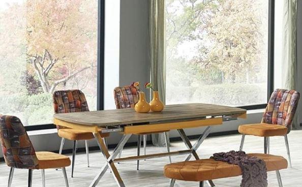 Eettafel met gele zitplekken