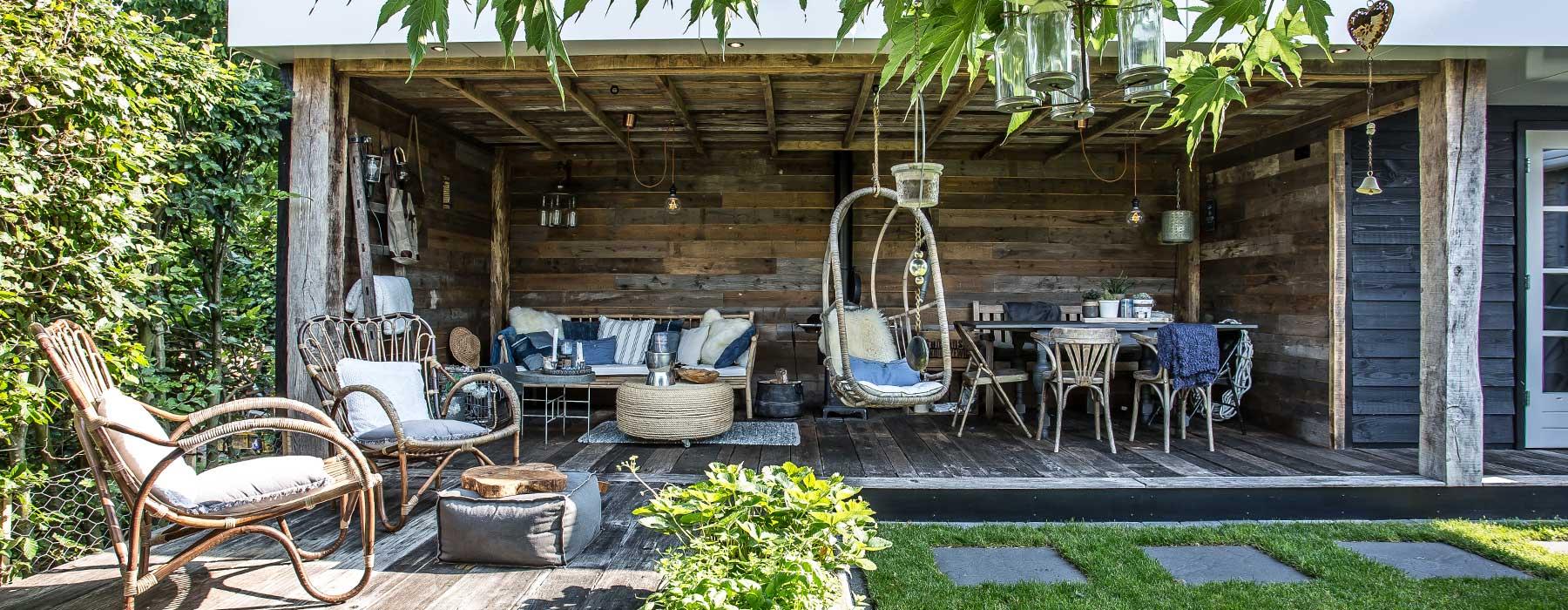 Mooi ingerichte veranda met hangstoel