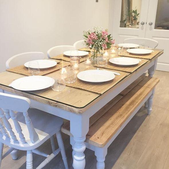 Mooie eettafel met stoelen en bank