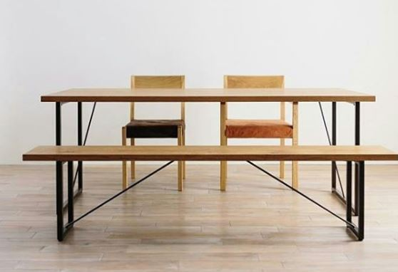 Houten eettafel met houten stoelen en houten bank