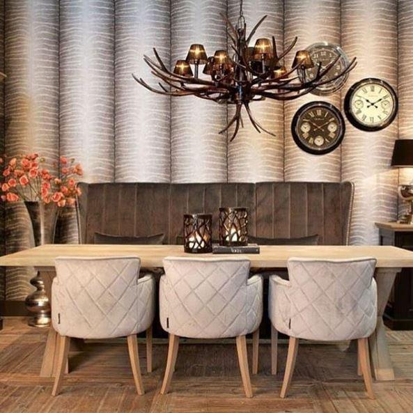 Houten eettafel met 3 stoelen en een bank