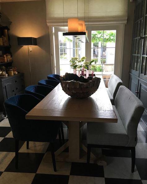 Houten eettafel met 4 stoelen en twee banken
