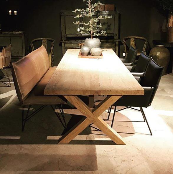 Houten eettafel met x poot, stoelen en bank