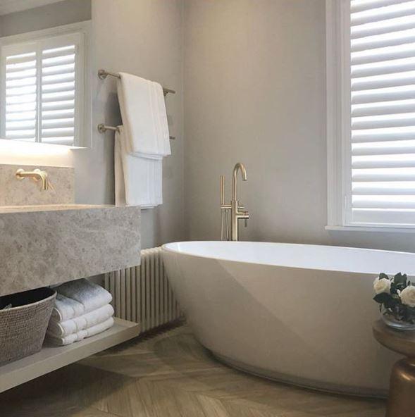 Badkamer met vrijstaand bad en wastafel