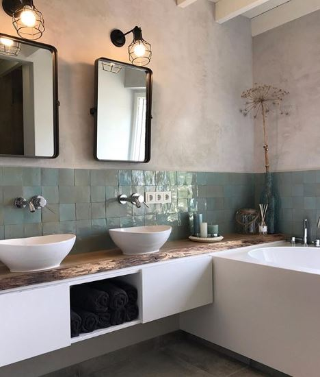 Bad met twee wastafels en spiegel