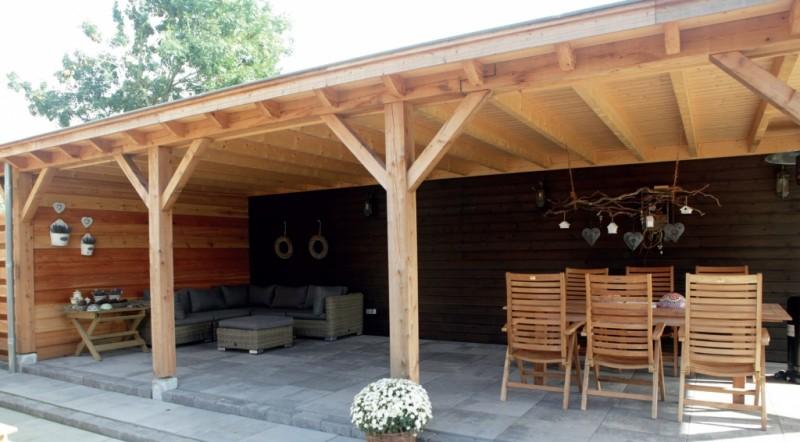 Mooie veranda met loungeset en tuinset