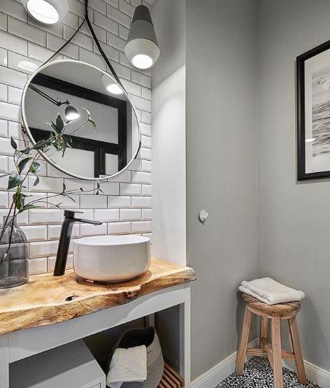 Mooie ronde spiegel met wastafel en houten wastafel