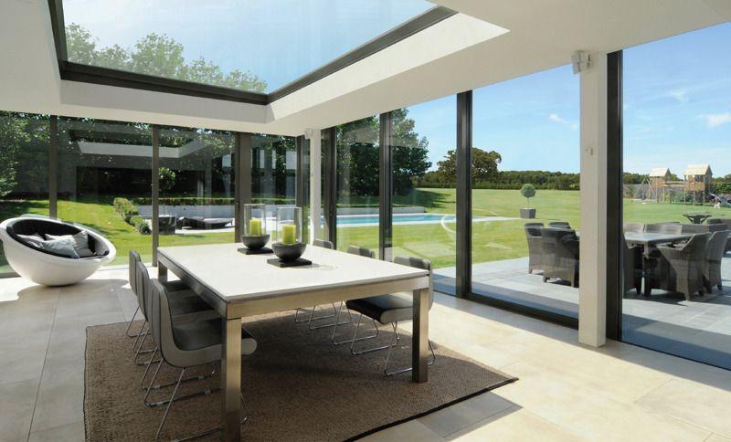 Van binnen naar buiten mooi open dak met tafel en stoelen