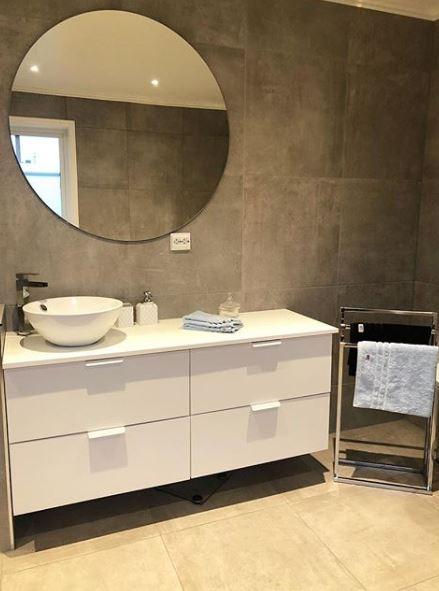 Witte wastafel met ronde spiegel