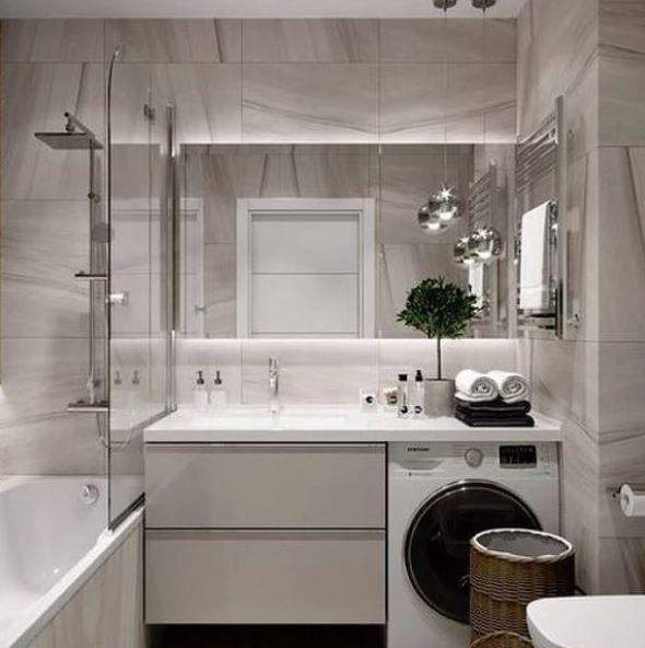 Rechthoekige spiegel met wastafel en douche in bad