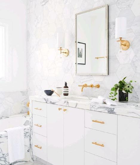 Rechthoekige spiegel met wastafel