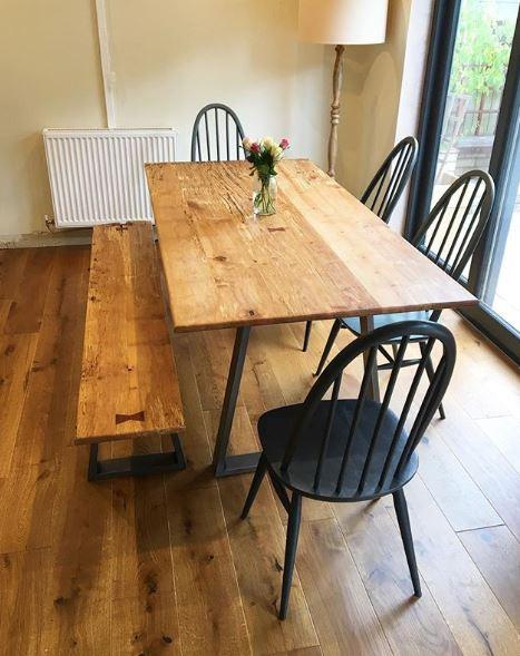 Eettafel met bank en vier stoelen