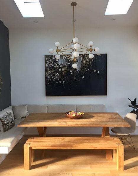 Eethoek bank en houten tafel