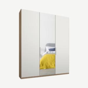 Caren driedeurs kledingkast met handvatten, 150 cm, eiken frame, matwit en spiegeldeuren, standaard interieur