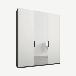 Caren driedeurs kledingkast met handvatten, 150 cm, grafietgrijs frame, matwit en spiegeldeuren, premium interieur